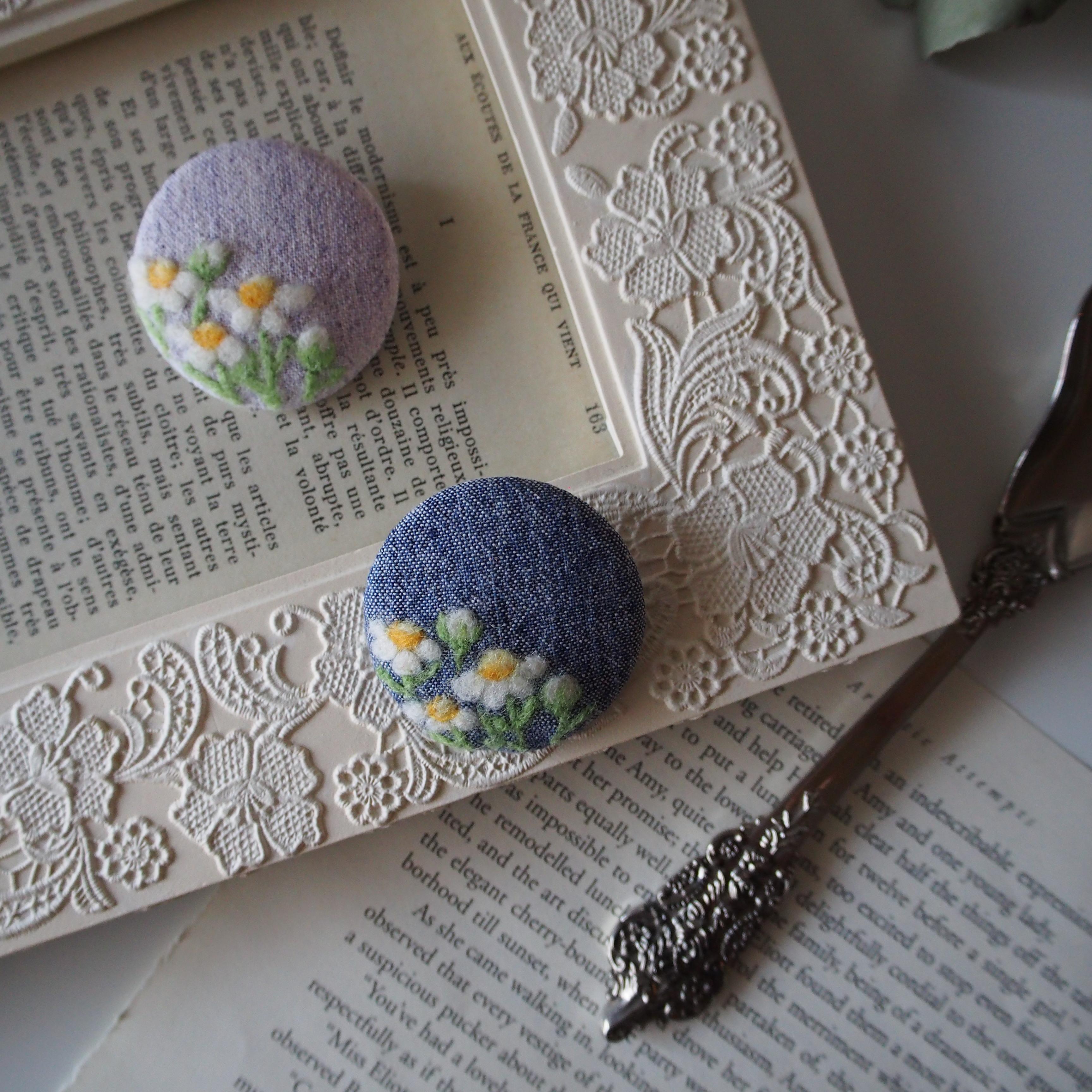 カモミールの羊毛刺繍ブローチ